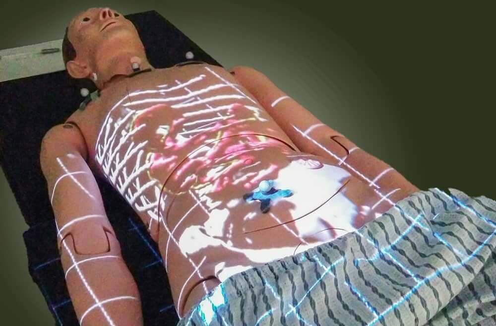 Novo sistema de realidade aumentada permite que médicos vejam imagens projetadas na pele dos pacientes